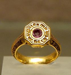 Подарок дорогой женщине - золотые украшения